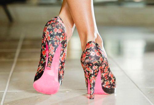 Faceci lubią buty na obcasach