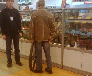 Żeby roweru nie ukradli przed sklepem